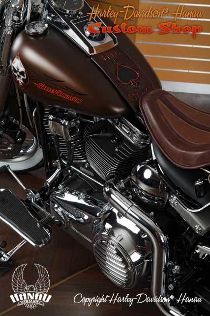 Softail Deluxe Umbau zum Psycho Billy Custombike umgebaut von Harley-Davidson Hanau